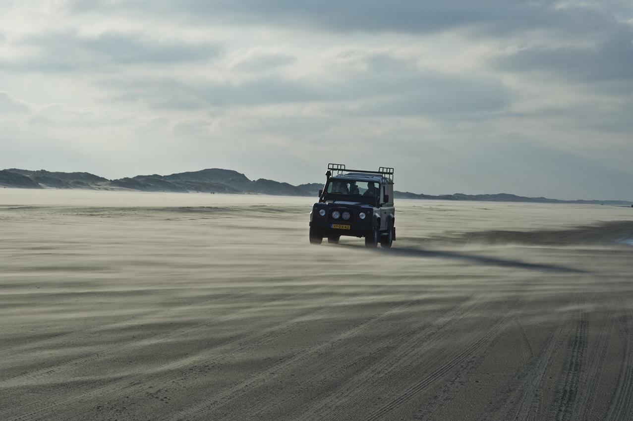 Jeep op strand